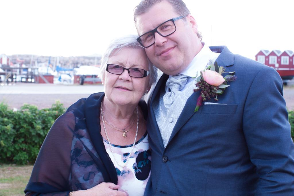 Ett sommarbröllop vid havet och ett charmigt brudpar!- Porträtt av brudgummen med hans mor! | www.photobymj.se