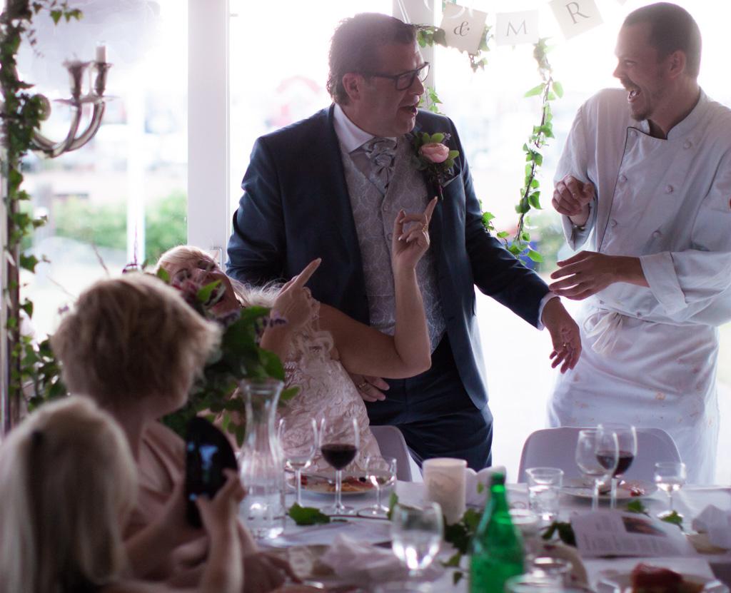 Ett sommarbröllop vid havet och ett charmigt brudpar!- Många härliga skratt blir det vid bröllopsmiddagen! | www.photobymj.se