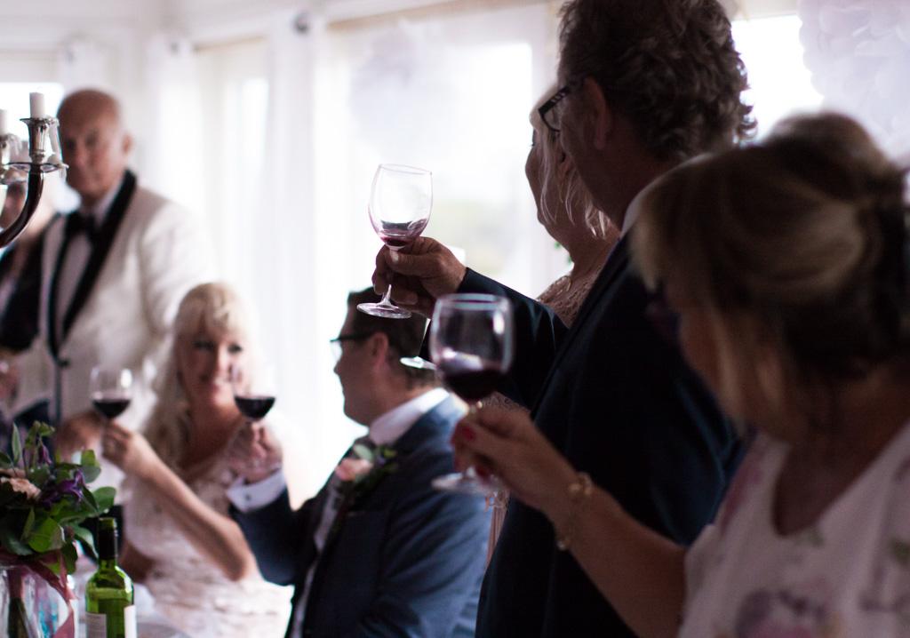 Ett sommarbröllop vid havet och ett charmigt brudpar!- Vid bröllopsmiddagen blir det många tal och många skålar! | www.photobymj.se