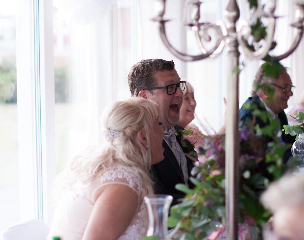 Ett sommarbröllop vid havet och ett charmigt brudpar!- Många skratt blir det vid bröllopstalen! | www.photobymj.se