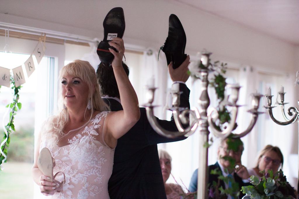 Ett sommarbröllop vid havet och ett charmigt brudpar!- Lekar vid bröllopsmiddagen! | www.photobymj.se