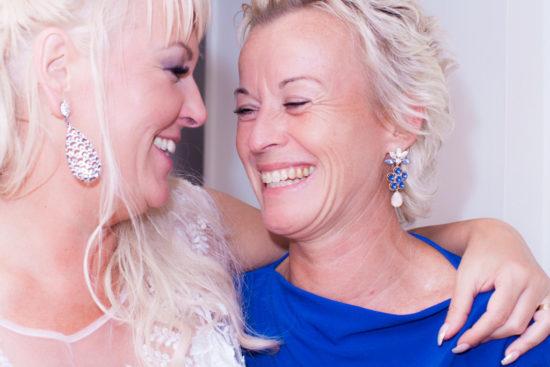 Ett sommarbröllop vid havet och ett charmigt brudpar!- Familj släkt och vänner på bröllopet! | www.photobymj.se