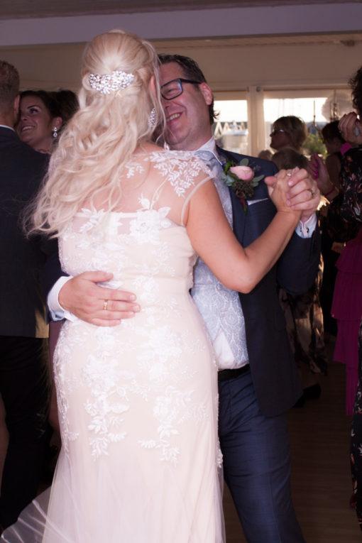 Ett sommarbröllop vid havet och ett charmigt brudpar!- Brudparets första dans är alltid lika romantisk! | www.photobymj.se