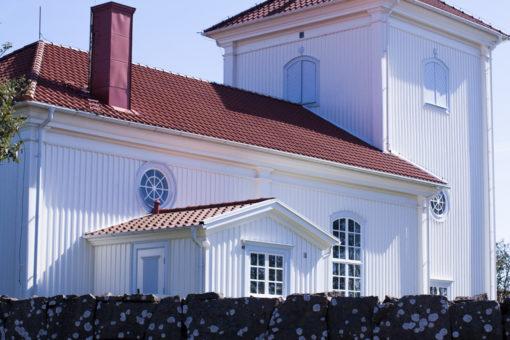 Ett sommarbröllop vid havet och ett charmigt brudpar!- Vigsel i kyrkan! | www.photobymjse.se