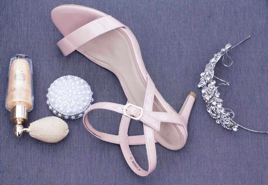 Ett charmigt brudpar och ett sommarbröllop vid havet- Accessoarer till bruden! | www.photobymjse.se
