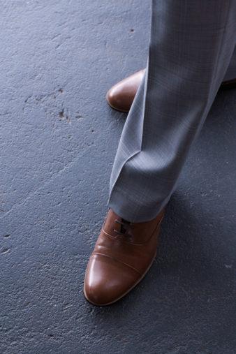 En bröllopsfotografering i Smålands djupa skogar!- Brudgummens skor är ett viktig val till brudgumsklädseln!   www.photobymj.se