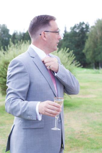 En bröllopsfotografering i Smålands djupa skogar!- Brudgummen med bubbel   www.photobymj.se