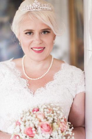 En bröllopsfotografering i Smålands djupa skogar!- Brudporträtt vid kakelugnen!   www.photobymj.se