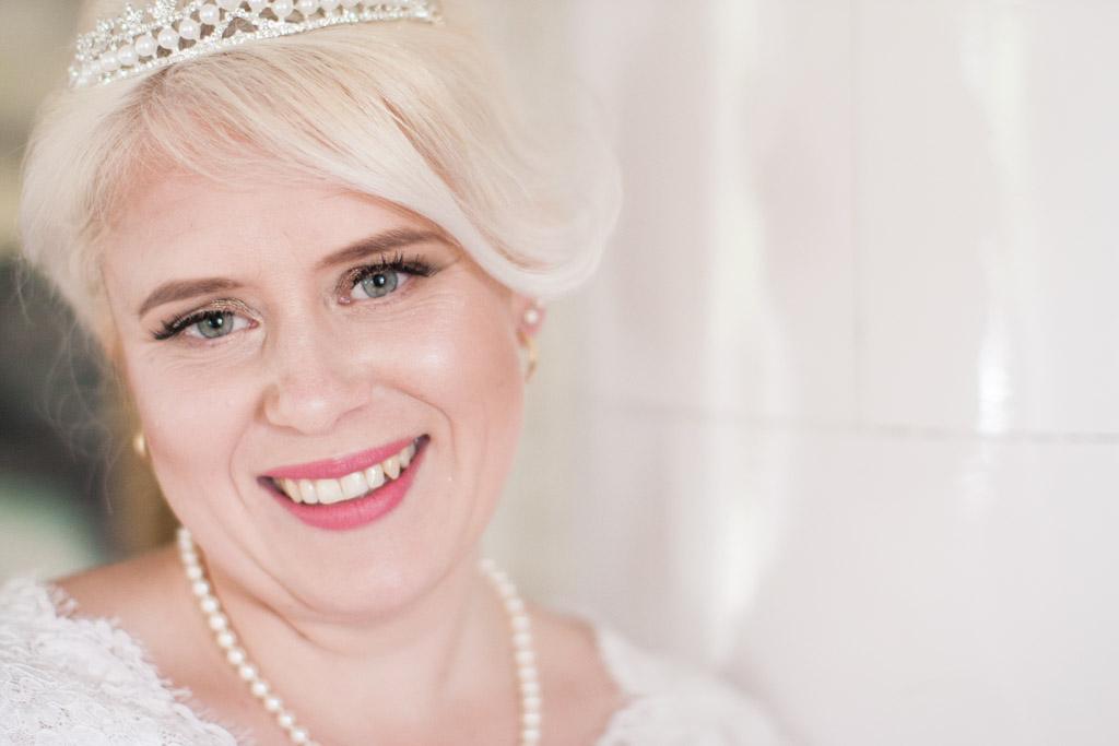 En bröllopsfotografering i Smålands djupa skogar!- Brudporträtt vid kakelugnen! | www.photobymj.se