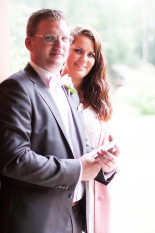 En bröllopsfotografering i Smålands djupa skogar!- Kyrkmarskalkarna delar ut vigselprogrammen!   www.photobymj.se