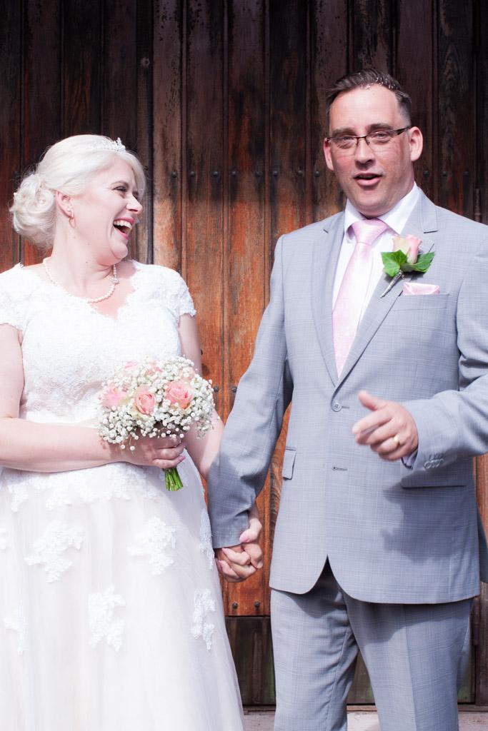 En bröllopsfotografering i Smålands djupa skogar!- Gratulationer på kyrktrappan!   www.photobymj.se