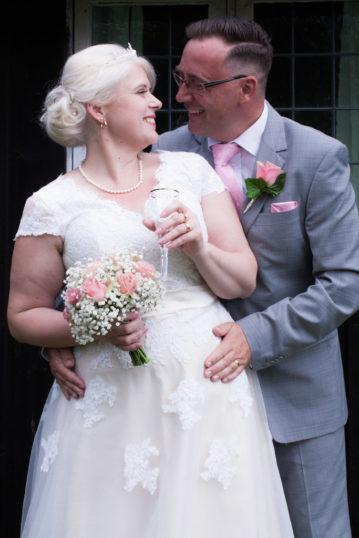 En bröllopsfotografering i Smålands djupa skogar!- Porträttbilder med brudparet!   www.photobymj.se
