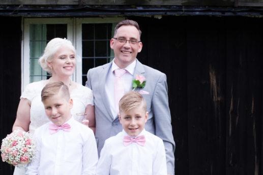 En bröllopsfotografering i Smålands djupa skogar!- Porträttbilder med familjen   www.photobymj.se
