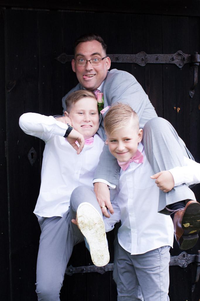 En bröllopsfotografering i Smålands djupa skogar!- Familjeporträtt med barn efter vigseln!   www.photobymj.se