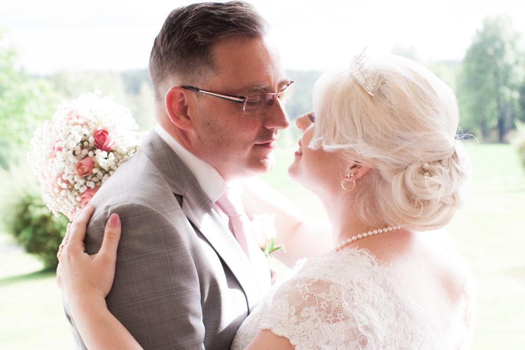 En bröllopsfotografering i Smålands djupa skogar!- Porträtt brudparet! | www.photobymj.se