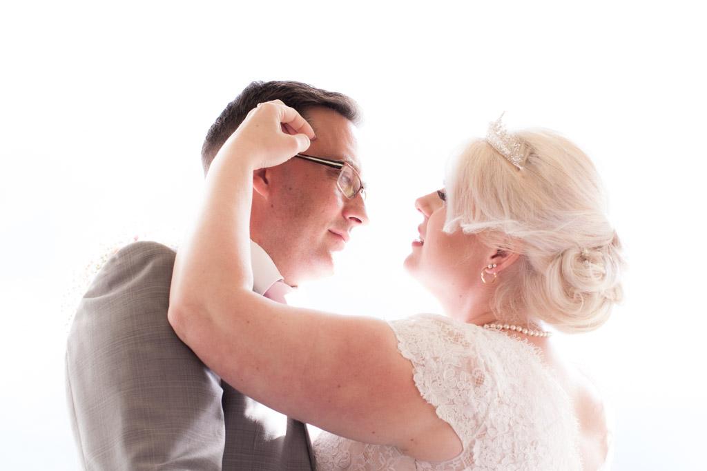En bröllopsfotografering i Smålands djupa skogar!- Porträtt brudparet!   www.photobymj.se