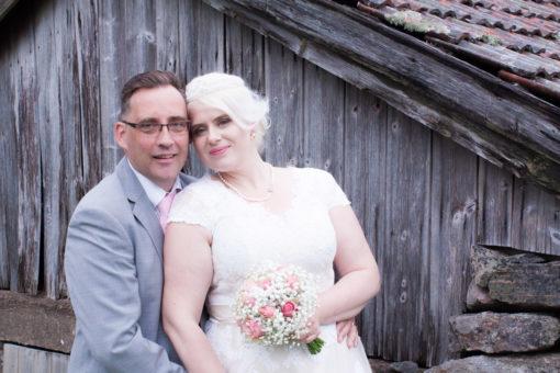 En bröllopsfotografering i Smålands djupa skogar!- Porträttbilder brudparet!   www.photobymj.se