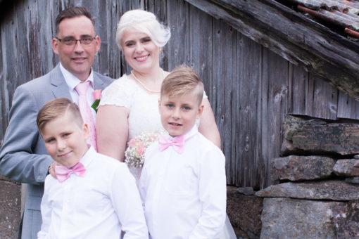 En bröllopsfotografering i Smålands djupa skogar!- Porträttbilder brudparet med barnen!   www.photobymj.se