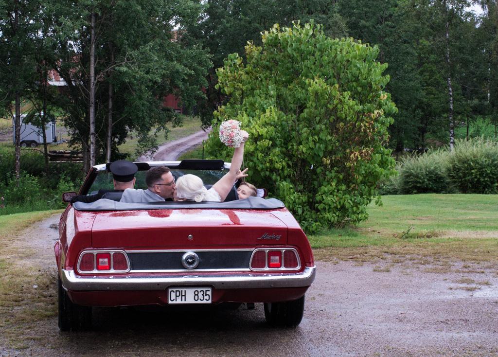 En bröllopsfotografering i Smålands djupa skogar!- Transport från vigseln!   www.photobymj.se