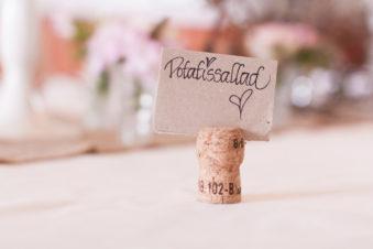 En bröllopsfotografering i Smålands djupa skogar!- En dignande bröllopsbuffé!   www.photobymj.se