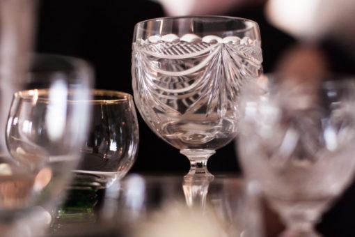 En bröllopsfotografering i Smålands djupa skogar!- Glas och porslin till bröllopsmiddagen!   www.photobymj.se