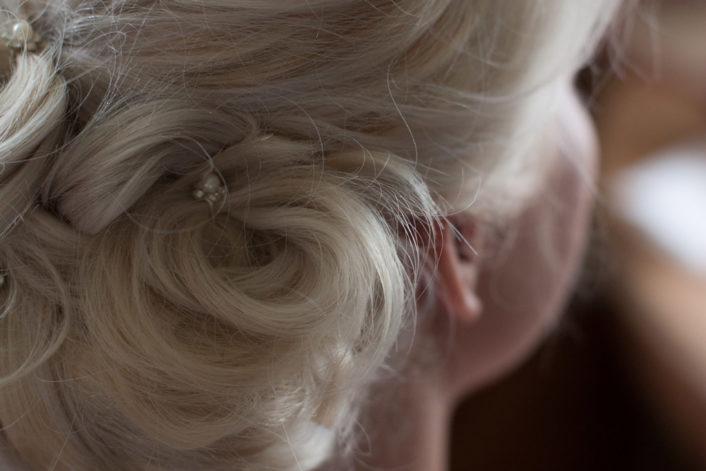 En bröllopsfotografering i Smålands djupa skogar!- Brudens håruppsättning!   www.photobymj.se