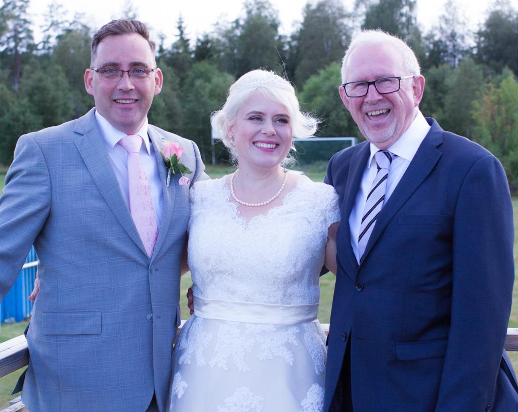En bröllopsfotografering i Smålands djupa skogar!- Porträtt med gästerna!   www.photobymj.se