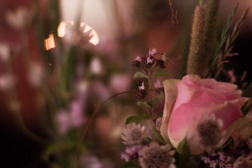 En bröllopsfotografering i Smålands djupa skogar!- Vackra dekorationer till bröllopsfesten!   www.photobymj.se