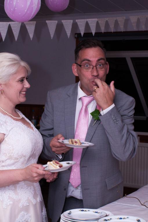 En bröllopsfotografering i Smålands djupa skogar!- Brudparet delar första biten av tårtan   www.photobymj.se