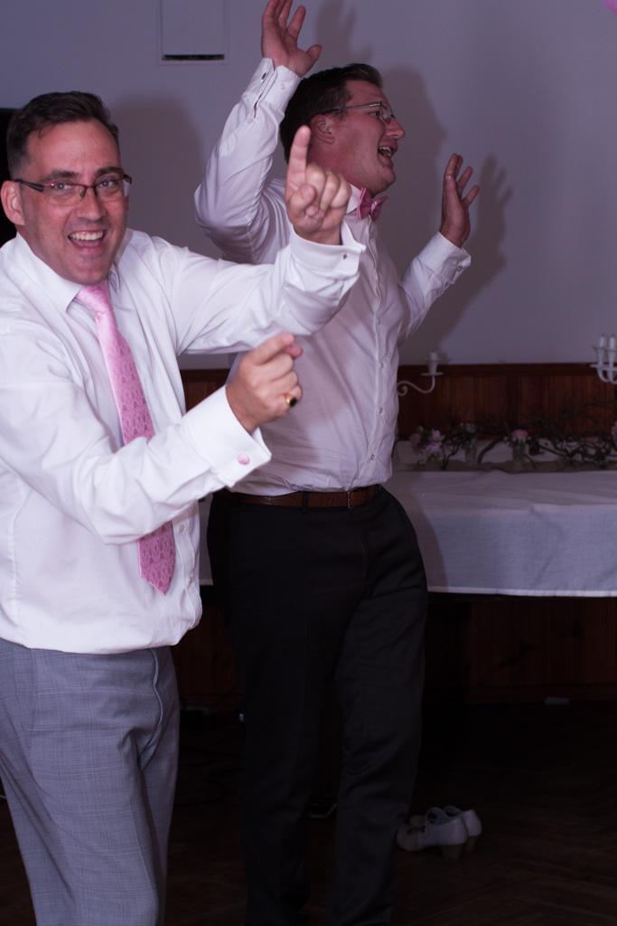 En bröllopsfotografering i Smålands djupa skogar!- Virvla runt i dans på bröllopsfesten!   www.photobymj.se