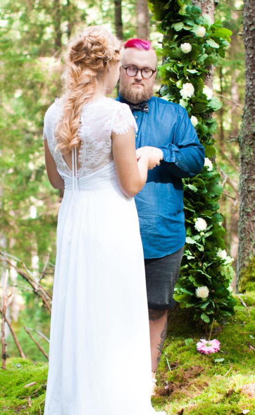 Jag har fotat en Älva och en Rockstjärna i skogen!- Byte av ringarna under vigselakten! | photobymj.se
