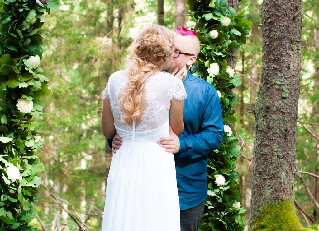 Jag har fotat en Älva och en Rockstjärna i skogen!- Första kyssen som man och fru!   photobymj.se