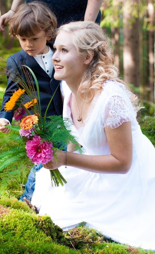 Jag har fotat en Älva och en Rockstjärna i skogen!- Bruden med ringbäraren efter vigselakten!   photobymj.se