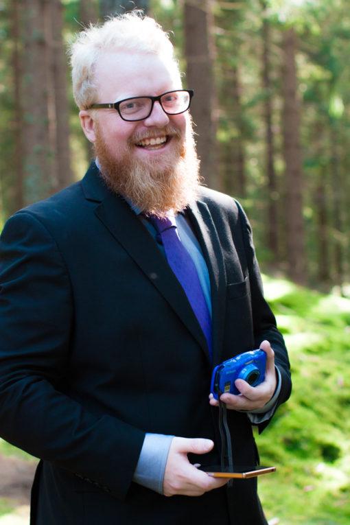Jag har fotat en Älva och en Rockstjärna i skogen!- Porträtt brudgummen närmsta!   photobymj.se