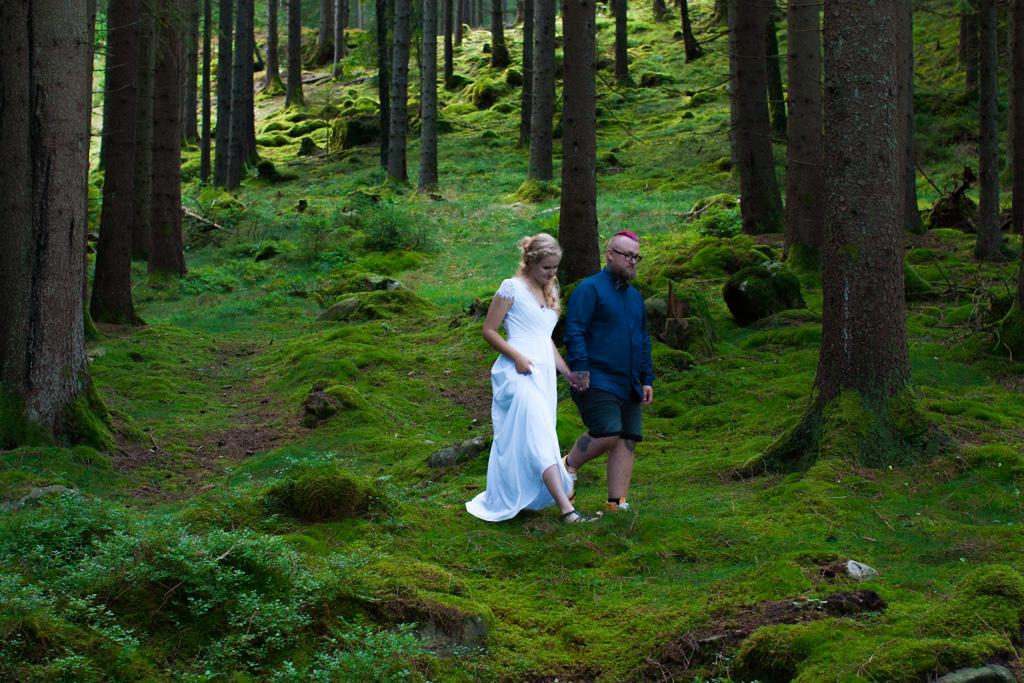 Jag har fotat en Älva och en Rockstjärna i skogen!- Brudparets inmarsch till vigselakten!   photobymj.se