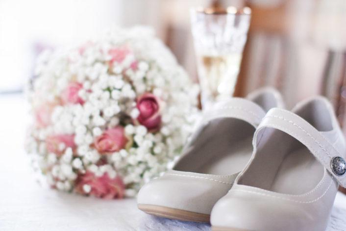 En bröllopsfotografering i Smålands djupa skogar!- Brudens skor!   www.photobymj.se