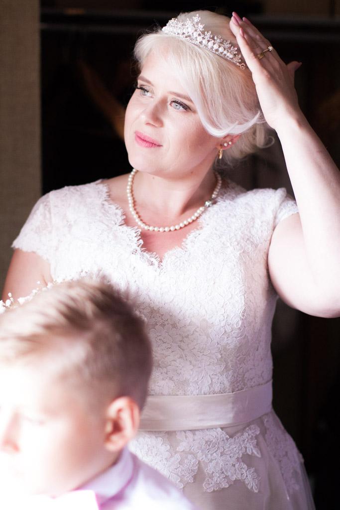 En bröllopsfotografering i Smålands djupa skogar!- Bruden i väntan på första blicken!   www.photobymj.se
