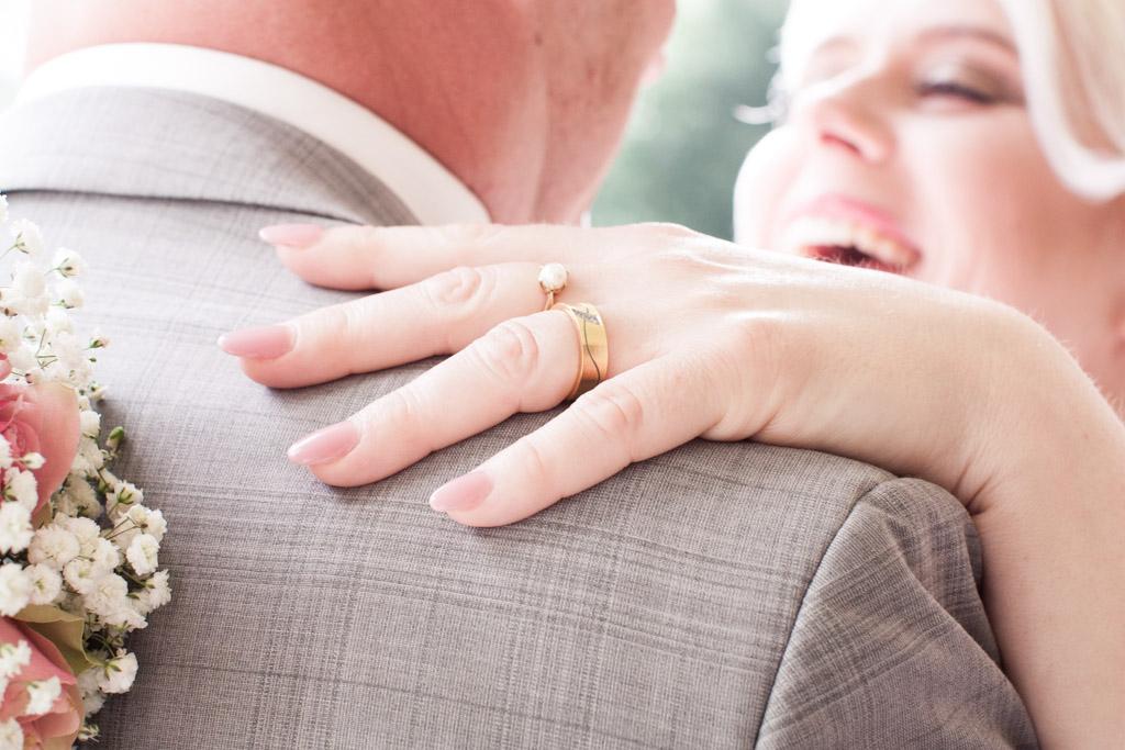 En bröllopsfotografering i Smålands djupa skogar!- Detaljbilder brudparet!   www.photobymj.se