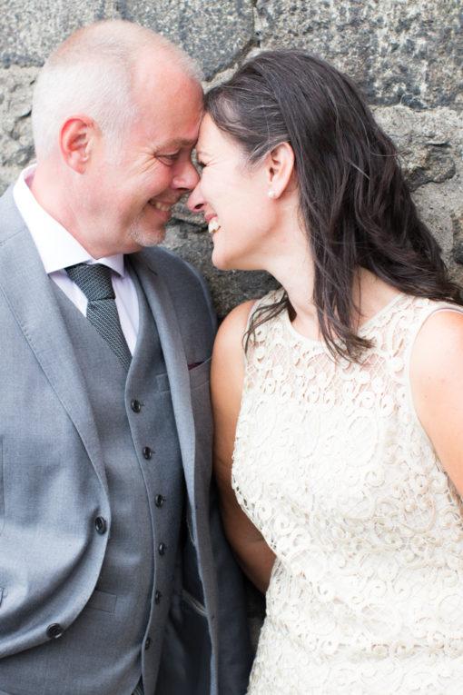 Underbara bröllopsporträtt i snålblåsten på Kastellholmen - Porträttbilder av brudparet | https://photobymj.se