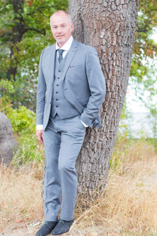Underbara bröllopsporträtt i snålblåsten på Kastellholmen - Porträttbilder av brudgummen | https://photobymj.se