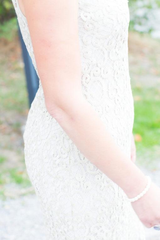 Underbara bröllopsporträtt i snålblåsten på Kastellholmen - Detaljbilder klänningen | https://photobymj.se