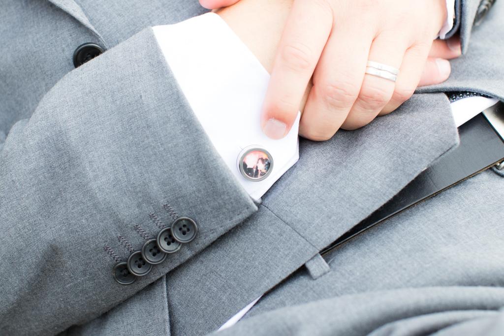 Underbara bröllopsporträtt i snålblåsten på Kastellholmen - Detaljbilder brudgummen | https://photobymj.se