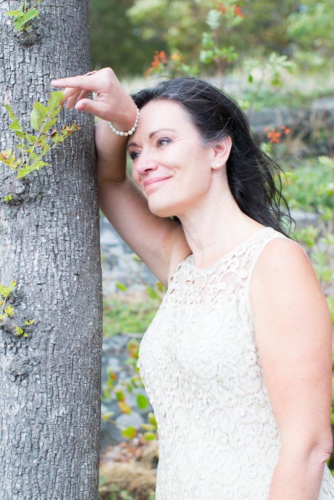 Underbara bröllopsporträtt i snålblåsten på Kastellholmen - Porträttbilder av bruden | https://photobymj.se