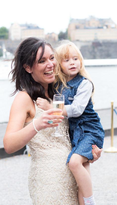Underbara bröllopsporträtt i snålblåsten på Kastellholmen - Porträttbilder av mor och dotter | https://photobymj.se
