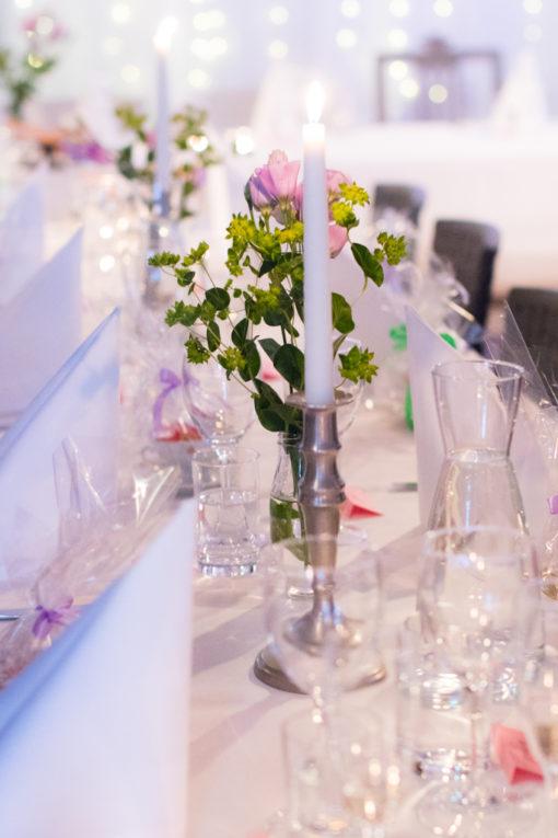 Underbara bröllopsporträtt i snålblåsten på Kastellholmen - Bröllopsdukning | https://photobymj.se