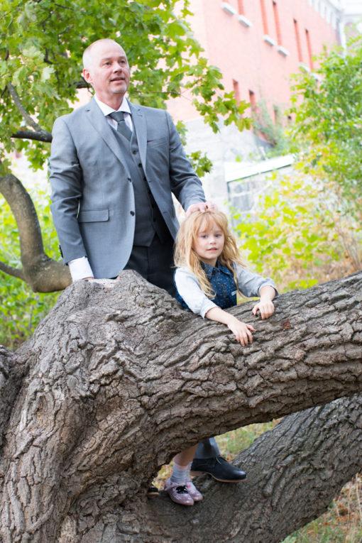 Underbara bröllopsporträtt i snålblåsten på Kastellholmen - Porträttbilder av far och dotter | https://photobymj.se