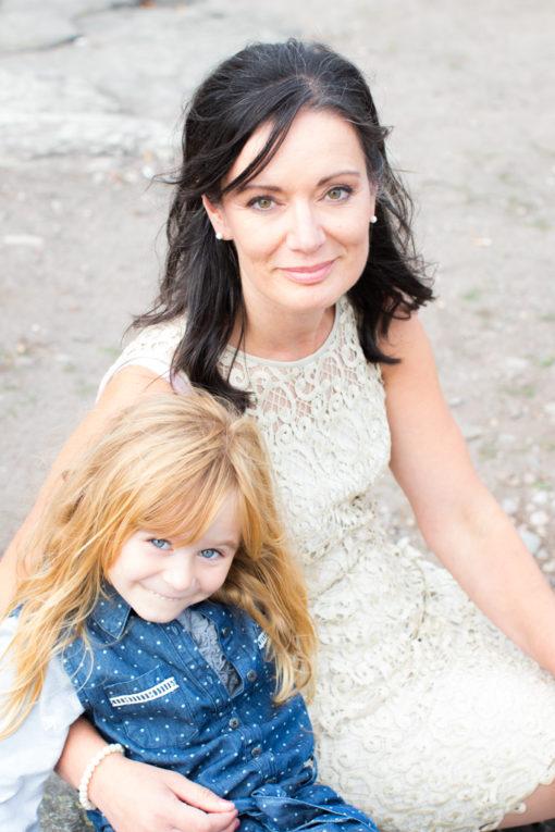 Underbara bröllopsporträtt i snålblåsten på Kastellholmen - Porträttbilder mamma och dotter | https://photobymj.se