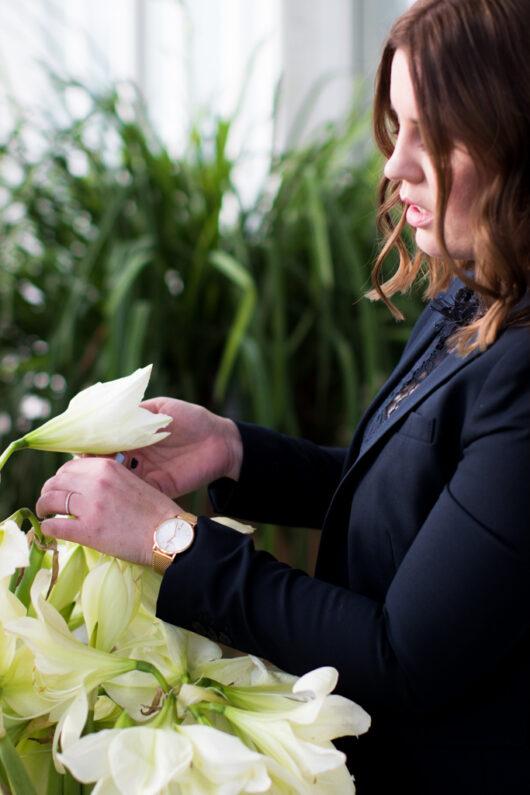 En Wedding Planner bland palmerna, på Palmhuset i Göteborg - Bröllopskoordinatorn kontrollerar blommorna | photobymj.se