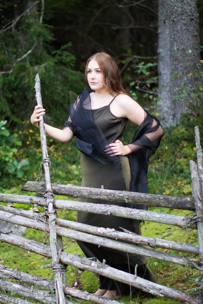 Emmy - Modellbild i skogsmiljö | photobymj.se
