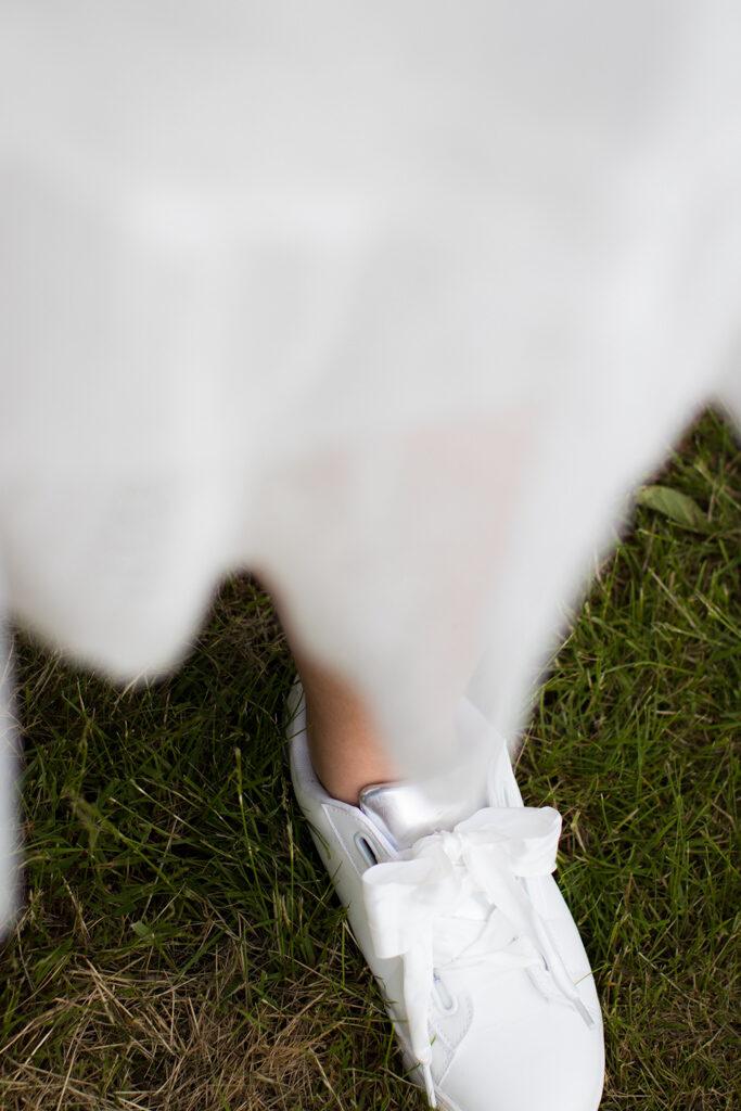 Studentporträtt- Vackra men praktiska skor till studentfesten | photobymj.se